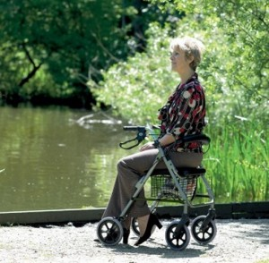 Andador con asiento  en exteriores