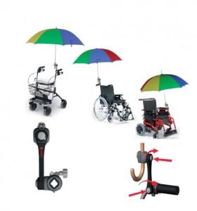 Protegerse bajo la lluvia es esencial para la persona en la silla de ruedas y para quien la cuida