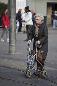 Andadores para adultos. Técnicas para ayudar al anciano a caminar con él