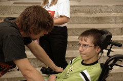 Es conveniente ponerse a la misma altura al dirigirse a una persona con discapacidad que se desplaza en silla de ruedas