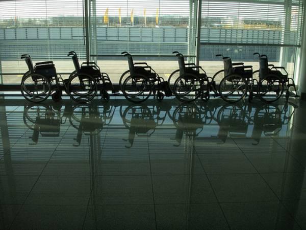 Un ejemplo de transporte accesible lo constituyen los aeropuertos que disponen de sillas de ruedas para el desplazamiento de las personas con movilidad reducida