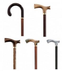 Ayudas para caminar manipuladas por un brazo: bastones clásicos de madera