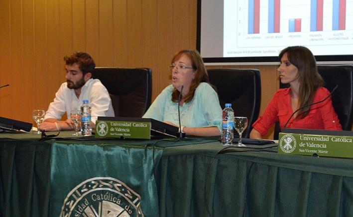 Laura Juste (en el centro), terapeuta ocupacional especialista en estimulación cognitiva en personas con Alzheimer